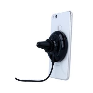 telefon_upevneny_na_magneticky_dobijeci_drzak